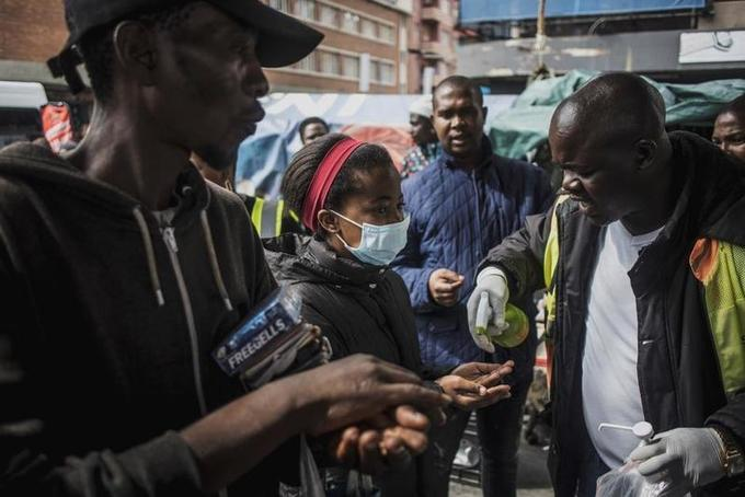 """Le coronavirus en Afrique, une """"bombe prête à exploser""""?"""
